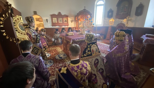 Глава Белгородской митрополии совершил вечернюю Литургию Преждеосвященных Даров в храме апостола Иакова